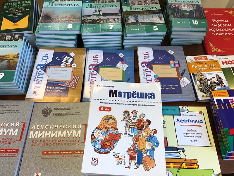Более 700 новых книг получила библиотека «Алфавита»